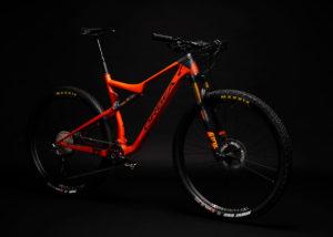 Fotografia Mountain Bike su fondo nero